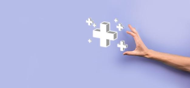 Homme d'affaires, l'homme tient en main une offre positive telle que le profit, les avantages, le développement, la rse représentée par le signe plus. la main montre le signe plus