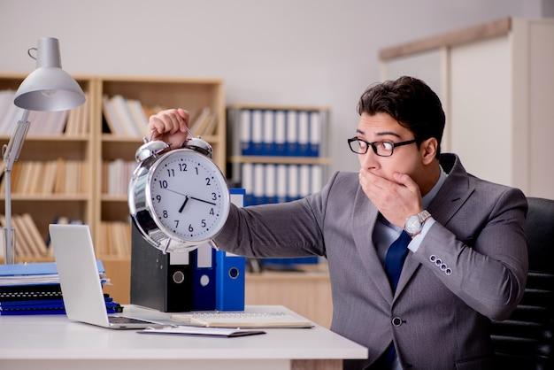 Homme d'affaires avec horloge ne respectant pas les délais