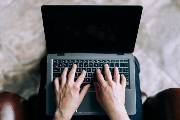 Homme d'affaires imprime une lettre sur l'ordinateur portable.