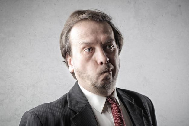 Homme d'affaires impuissant se demandant