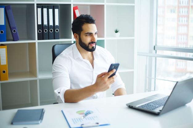 Homme d'affaires indépendant travaillant à domicile