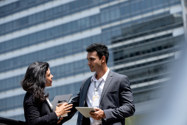 Homme d'affaires indien ayant une réunion en plein air avec le client