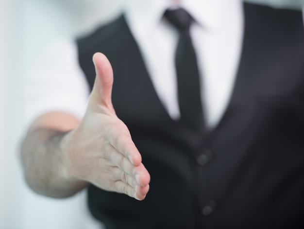 Homme d'affaires indien donne la main pour saluer.