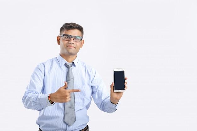 Homme d'affaires indien montrant smartphone