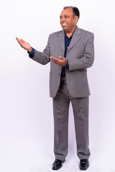 Homme d'affaires indien en surpoids mature en costume avec délié sur blanc