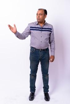 Homme d'affaires indien en surpoids mature avec délié sur blanc