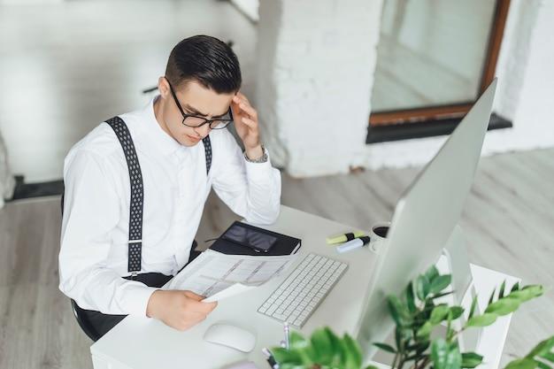 Homme d'affaires intelligent assis et regardant le diagramme
