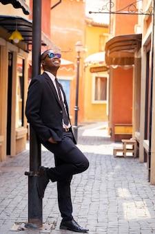 Homme d'affaires intelligent debout dans la ville