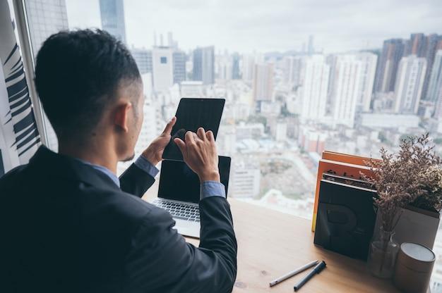 Homme d'affaires intelligent et intelligent du futur pour un projet financier et e-commerce