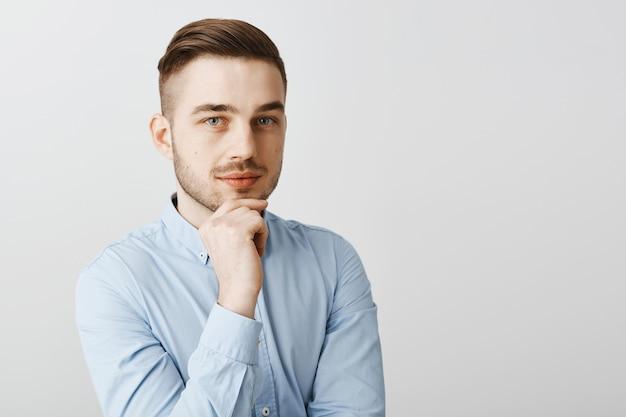 Homme d'affaires intelligent réfléchi pensant et regardant, méditant de nouvelles idées