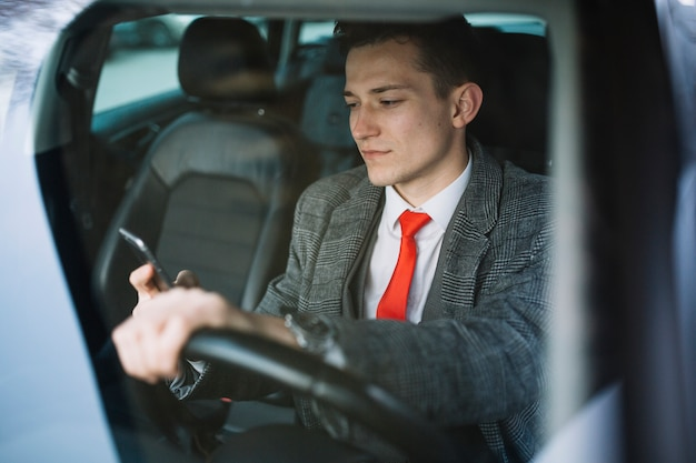 Homme d'affaires à l'intérieur d'une voiture