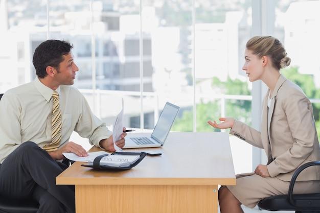 Homme d'affaires interviewer une femme d'affaires