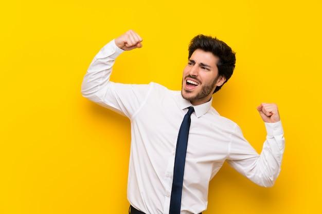 Homme d'affaires isolé jaune célébrant une victoire