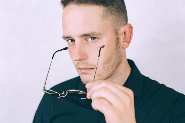Homme d'affaires isolé regarde à travers des lunettes