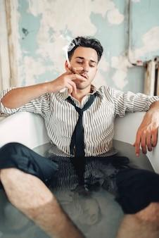 Homme d'affaires ivre en faillite dans la baignoire, homme suicide