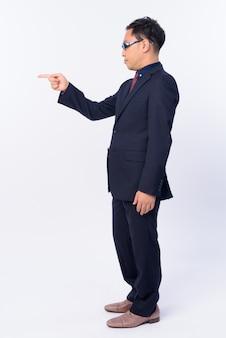Homme d'affaires japonais en costume portant des lunettes isolé sur blanc