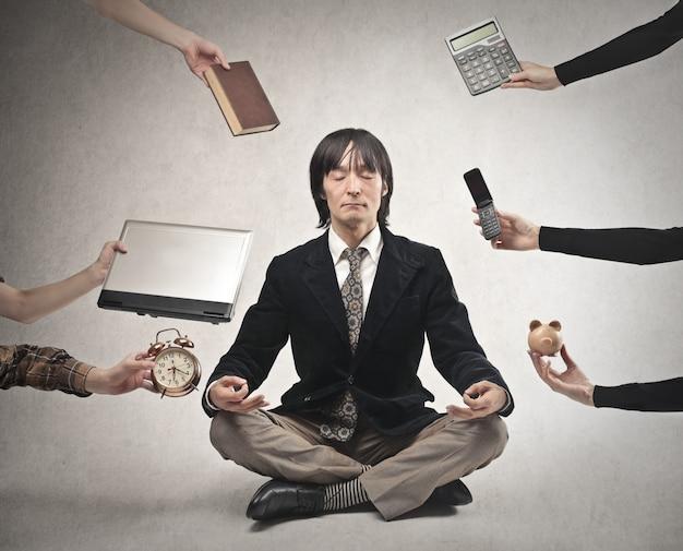 Homme d'affaires japonais méditant