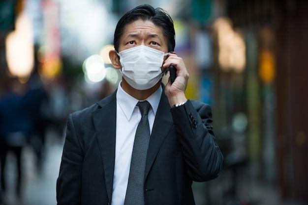 Homme d'affaires japonais à tokyo avec costume d'affaires formel