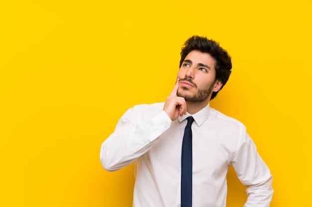 Homme d'affaires sur jaune isolé