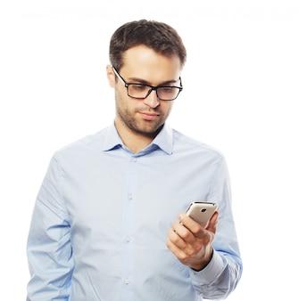 Homme d'affaires jeune à l'aide de téléphone portable.