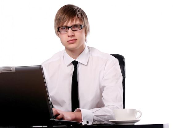Homme d'affaires jeune et attrayant