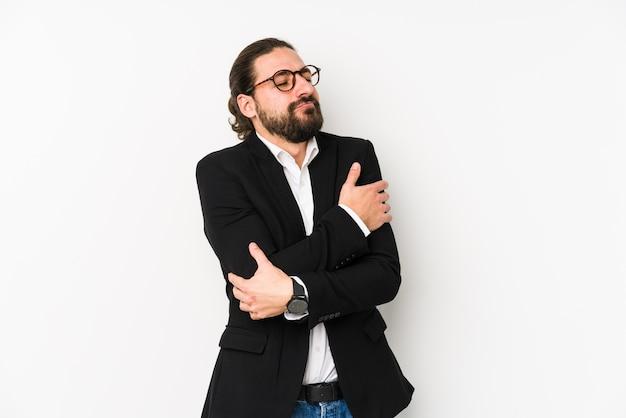 Homme d'affaires jeune caucasien isolé sur des câlins blancs, souriant insouciant et heureux.