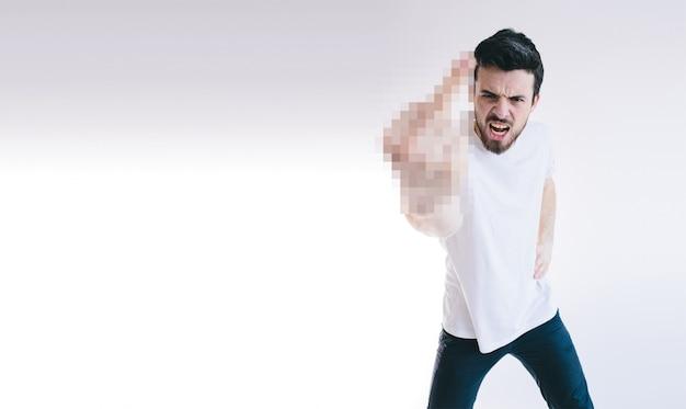 Homme d'affaires jeune en colère montrant les doigts