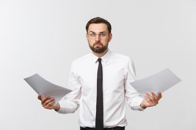 Homme d'affaires jeune écrit sérieusement sur le presse-papiers, bel homme d'affaires porter costume élégant et cravate isolé sur mur blanc.