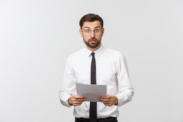 Homme d'affaires jeune écrit sérieusement sur le presse-papiers, bel homme d'affaires porter un costume élégant et une cravate isolée