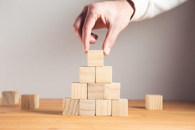 Homme d'affaires jeune tenant des cubes en bois.