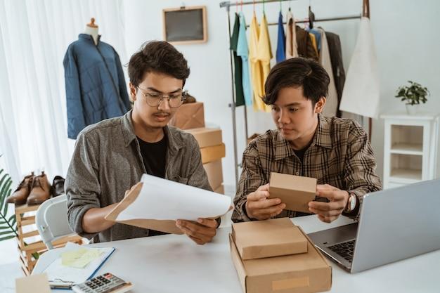Homme d'affaires de jeunes asiatiques discutant sur le produit de l'emballage