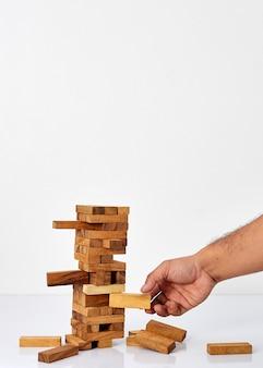 Homme d'affaires jouant avec le jeu de bois
