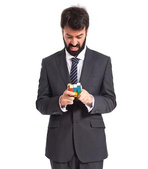 Homme d'affaires jouant un jeu d'intelligence sur un backgrpund blanc