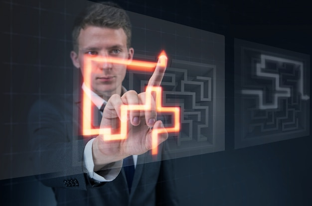 Homme d'affaires avec labyrinthe dans le concept de situations difficiles