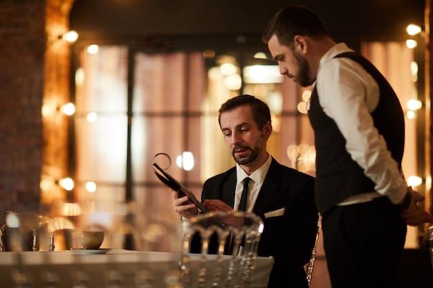 Homme affaires, lecture, menu, restaurant