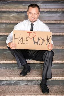 Homme d'affaires licencié est à la recherche d'un emploi.