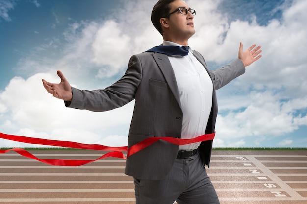 Homme d'affaires sur la ligne d'arrivée dans le concept de concurrence