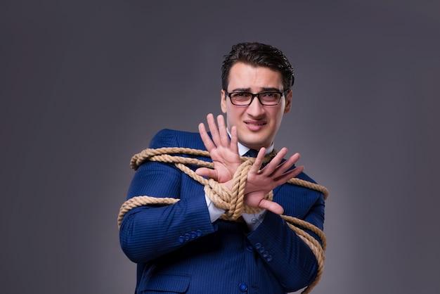 Homme d'affaires ligoté avec une corde