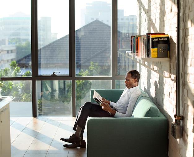 Homme d'affaires lisant le concept de relaxation magazine
