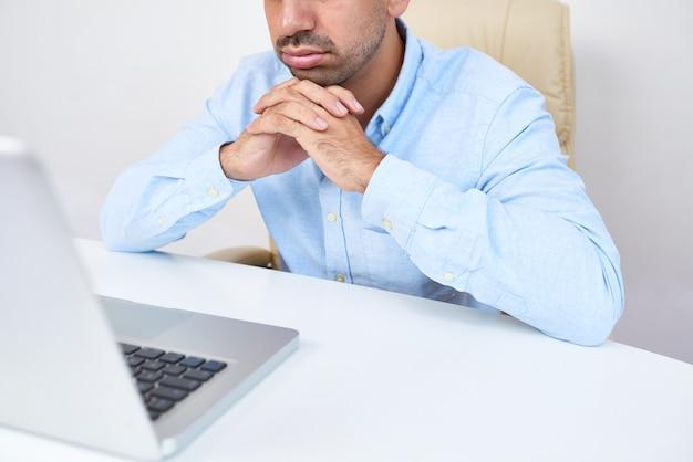 Homme d'affaires lisant un e-mail ennuyeux