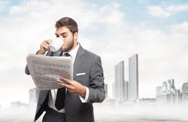 Homme d'affaires lisant le journal