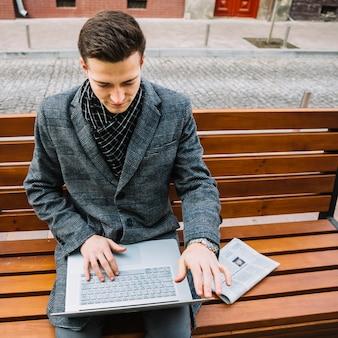Homme d'affaires lisant des mails
