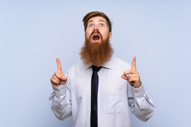 Homme d'affaires avec une longue barbe pointant avec l'index une excellente idée