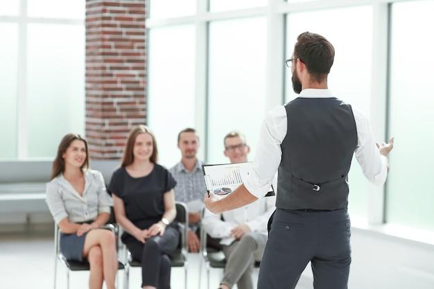 Homme d'affaires lors d'une réunion d'affaires avec l'équipe commerciale