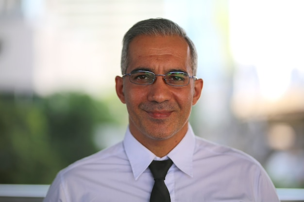 Homme d'affaires avec des lunettes et une cravate noire isolée