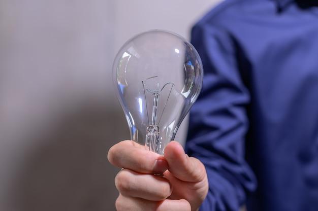 Homme d'affaires main tenant une ampoule