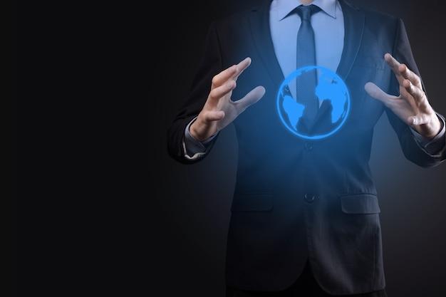 Homme d'affaires main tenant l'icône de la terre, globe numérique.