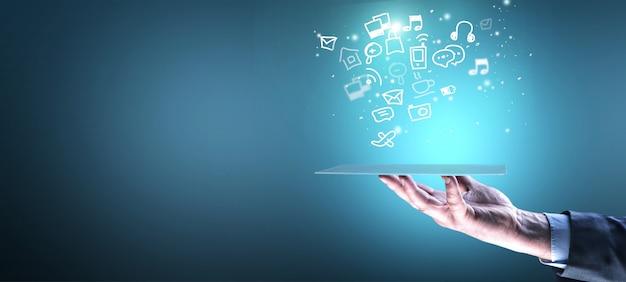 Homme d'affaires de main tenant une tablette avec une illustration d'infographie sur fond bleu