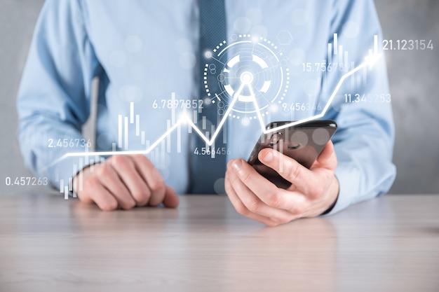 Un homme d'affaires en main tient un graphique de finance d'entreprise bancaire et investit dans le point d'investissement boursier, la croissance économique et le concept d'investisseur.