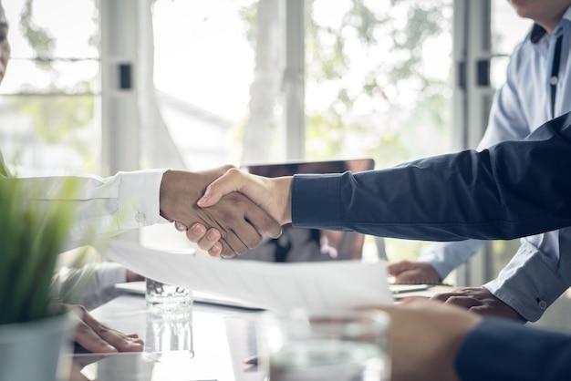Homme d'affaires mains serrées d'accord accord de vente de gros lots qui finissent l'objectif des plans de marketing